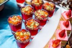 Cóctel con los pedazos de la fruta en un vidrio Imágenes de archivo libres de regalías