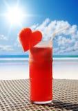 Cóctel con sabor a fruta en una tabla de la playa Fotos de archivo