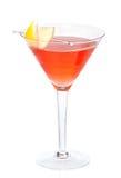 Cóctel cosmopolita del alcohol rojo adornado con el limón de la fruta cítrica adentro Foto de archivo libre de regalías