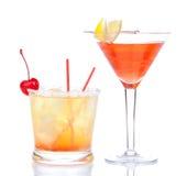 Cóctel cosmopolita del alcohol rojo de dos cócteles adornado Imagen de archivo libre de regalías
