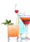 Cóctel cosmopolita del alcohol rojo de los cócteles adornado con citru Imágenes de archivo libres de regalías