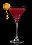 Cóctel cosmopolita del alcohol rojo en fondo negro fotos de archivo