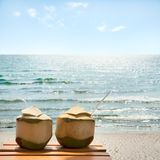 Cóctel de cocos en la playa Foto de archivo