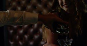 Cóctel de colada del camarero en vidrio de la mujer en el contador de la barra metrajes