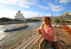 cóctel de consumición de la mujer, ciudad de Moscú Foto de archivo libre de regalías
