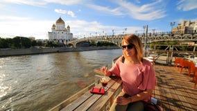 cóctel de consumición de la mujer, ciudad de Moscú Imagenes de archivo
