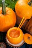 Cóctel de Halloween en calabaza Cierre para arriba Visión superior Día de la acción de gracias, sacador del partido Foto de archivo