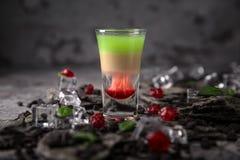 Cóctel de Hiroshima del alcohólico en vaso de medida Bebida fresca del ajenjo fuerte, del whisky y de licores dulces imágenes de archivo libres de regalías