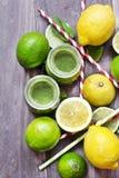 Cóctel de la fruta cítrica de la vitamina del Detox en fondo de madera rústico Foto de archivo