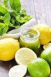 Cóctel de la fruta cítrica de la vitamina del Detox en fondo de madera rústico Imágenes de archivo libres de regalías