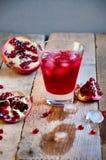 Cóctel de la granada con hielo y fruta en la tabla de madera Suavidad de restauración o alcohólico de la bebida del verano Fotos de archivo