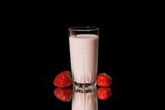 Cóctel de la leche con la fresa Fotografía de archivo