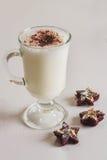 Cóctel de la leche con las galletas del chocolate en la tabla imagen de archivo libre de regalías
