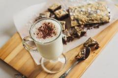 Cóctel de la leche con las galletas del chocolate en la tabla fotografía de archivo libre de regalías