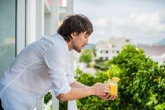 Cóctel de la piña con una rebanada en del hombre de las manos en la terraza Concepto tropical fotos de archivo libres de regalías
