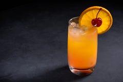 Cóctel de la salida del sol del Tequila en fondo de piedra oscuro Con el espacio de la copia Imagen de archivo libre de regalías