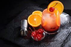 Cóctel de la salida del sol del Tequila en una bandeja negra mojada de la pizarra La preparación del cóctel fijó en una tabla de  Foto de archivo