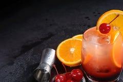Cóctel de la salida del sol del Tequila en una bandeja negra mojada de la pizarra La preparación del cóctel fijó en una tabla de  Fotografía de archivo