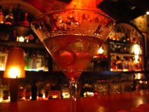 Cóctel de Martini en una iluminación romántica de la barra Foto de archivo libre de regalías