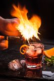 Cóctel de Mezcal Negroni Aperitivo italiano ahumado Cáscara de naranja flameada Fotos de archivo libres de regalías