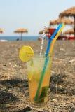 Cóctel de Mohito en la playa negra de la arena Fotos de archivo libres de regalías