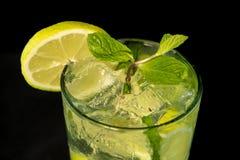 Cóctel de Mojito con ron, azúcar marrón, jugo de limón, la menta y agua de soda foto de archivo libre de regalías