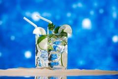 Cóctel de Mojito en la arena de la playa y el paisaje marino tropical Imagen de archivo