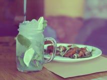 Cóctel de Mojito en un tarro de cristal en una tabla en un café imágenes de archivo libres de regalías