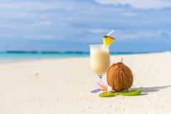 Cóctel de Pina Colada en la playa foto de archivo