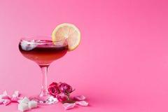 Cóctel de Rose en vidrio del champán en fondo rosado Imágenes de archivo libres de regalías