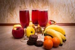 Cóctel de tres rojos con la fruta y las galletas Fotografía de archivo libre de regalías
