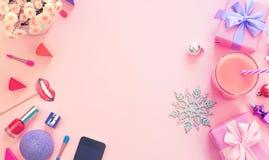 Cóctel del arco de la caja de regalo de los zapatos de los cosméticos de los accesorios de las mujeres de la moda en los regalos  fotos de archivo libres de regalías