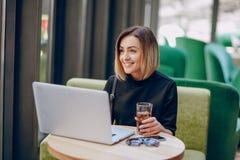 Cóctel del café del ordenador portátil de la muchacha Imagenes de archivo