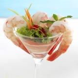 Cóctel del camarón o de la gamba En un fondo blanco salud Fotos de archivo libres de regalías