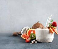 Cóctel del coco con la fruta fresca imagen de archivo libre de regalías