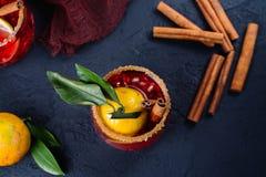 Cóctel del invierno con las frutas y el canela Fotografía de archivo