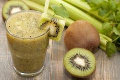 Cóctel del kiwi, apio, perejil, cilantro Fotos de archivo