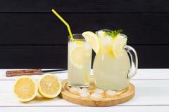 Cóctel del limón con hielo y segmentos de un limón Fotos de archivo
