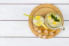 Cóctel del limón con hielo y segmentos de un limón Imagenes de archivo