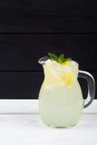 Cóctel del limón con hielo y segmentos de un limón Fotografía de archivo