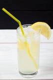 Cóctel del limón con hielo y segmentos de un limón Foto de archivo