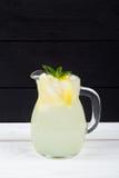 Cóctel del limón con hielo y segmentos de un limón Fotos de archivo libres de regalías