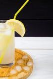 Cóctel del limón con hielo y segmentos de un limón Fotografía de archivo libre de regalías