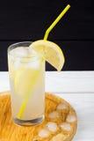 Cóctel del limón con hielo y segmentos de un limón Foto de archivo libre de regalías