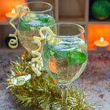 Cóctel del Spritzer con el vino blanco, la menta y el hielo, adornados con ánimo de limón espiral, formato cuadrado Fotografía de archivo