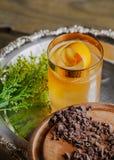 Cóctel del whisky con encendido una cáscara de naranja Imagen de archivo