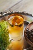 Cóctel del whisky con encendido una cáscara de naranja Fotografía de archivo