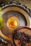 Cóctel del whisky con encendido una cáscara de naranja Imagenes de archivo