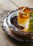 Cóctel del whisky con encendido una cáscara de naranja Fotografía de archivo libre de regalías