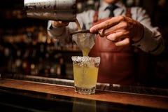Cóctel delicioso basado en tequila con tocino y sal imagenes de archivo